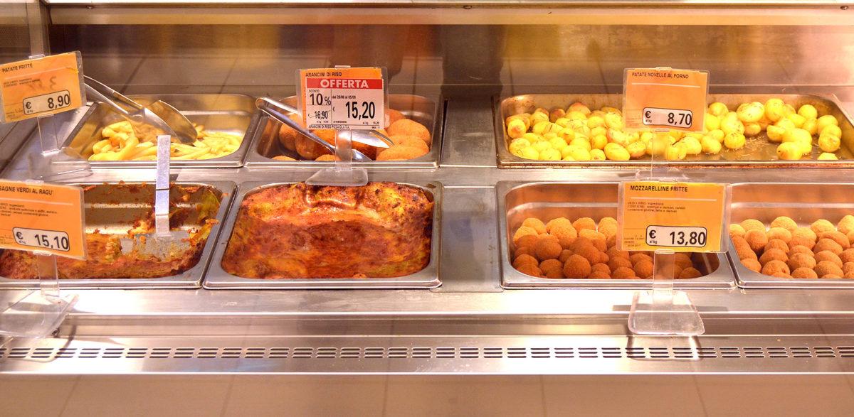 Allestimento di un banco gastronomia della grande distribuzione